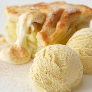 tarte-aux-pommes-et-boules-de-glace-vanille